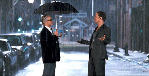 Michael Douglas and Matthew McConaughy are caught in the rain - Ghosts of Girlfriends Past