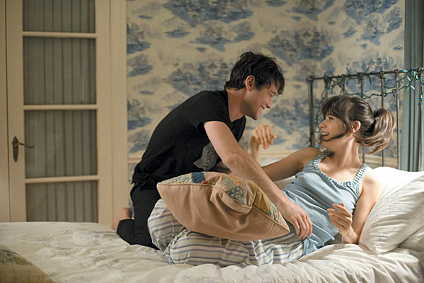 Joseph Gordon-Levvit and Zooey Deschanel in bed - 500 Days of Summer