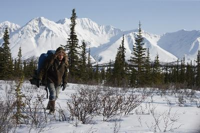 Emile Hirsh hikes across Alaska - Into the Wild